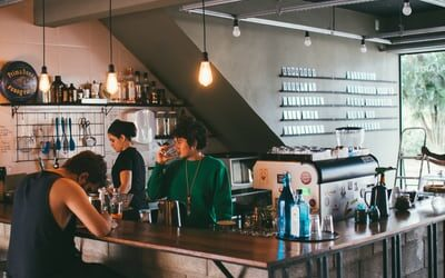 Skab sammenhæng i din café med din indretning